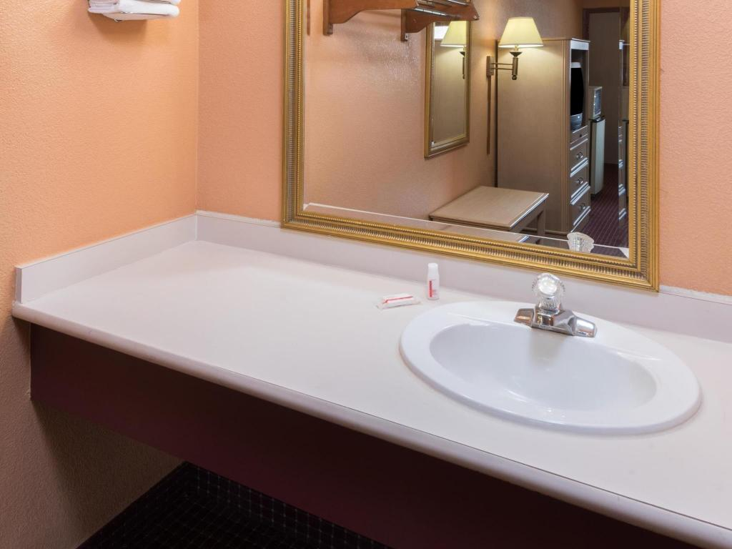 Bathroom Super 8 by Wyndham Strongsville/Cleveland