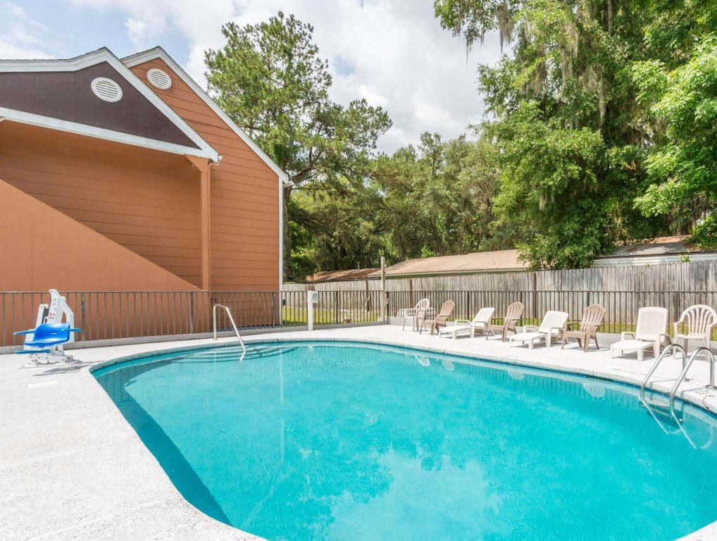 Piscina al aire libre Howard Johnson Express Gainesville