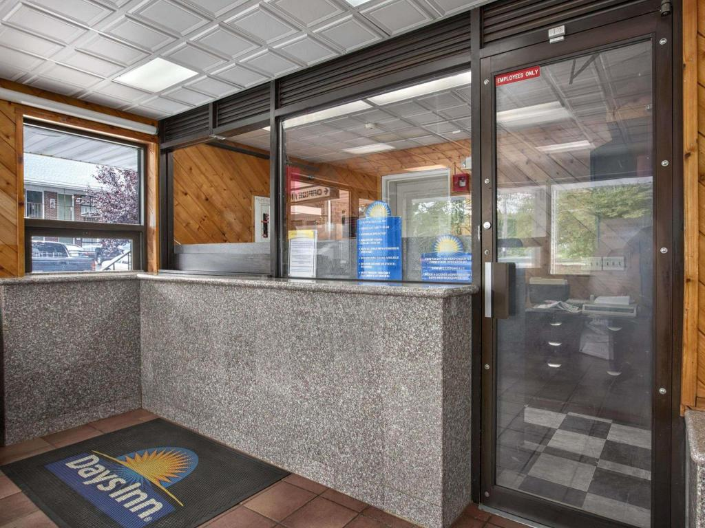 Lobby Days Inn by Wyndham Elmsford