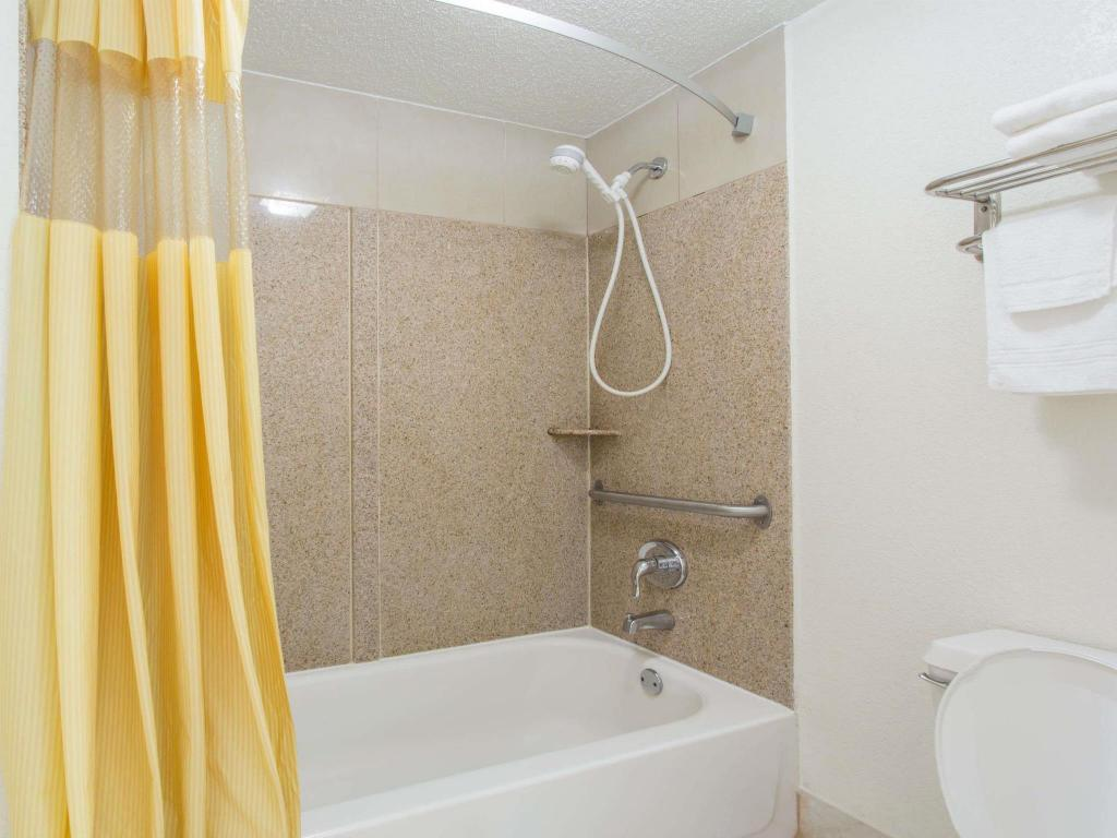 Baño Days Inn by Wyndham Virginia Beach Town Center