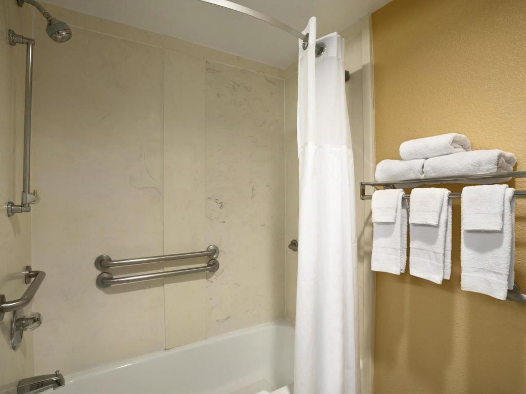 Kamar Mandi Days Inn by Wyndham Airport Nashville East