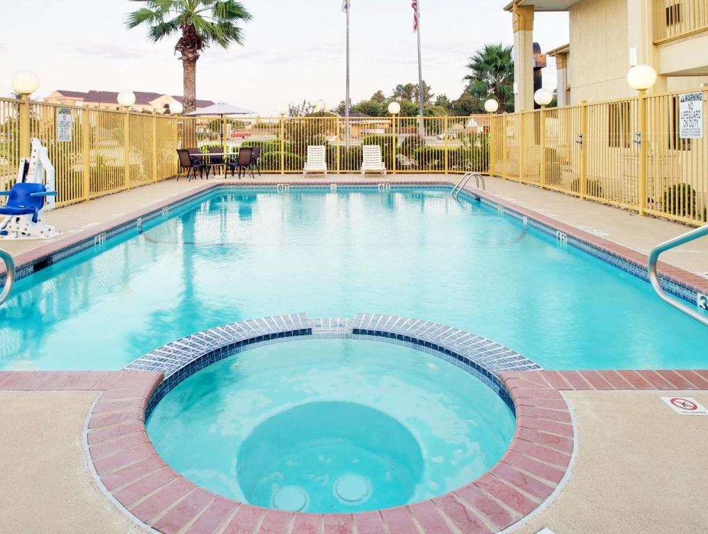 Pool Days Inn by Wyndham Fairfield