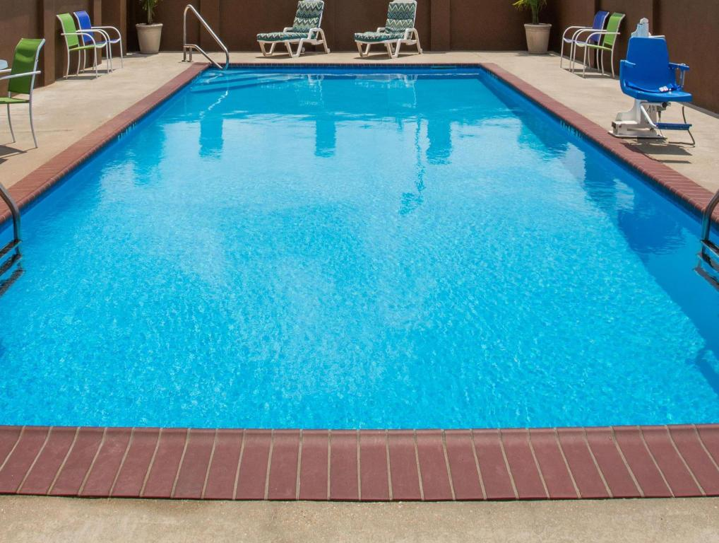 Piscina exterior Days Inn & Suites by Wyndham Thibodaux