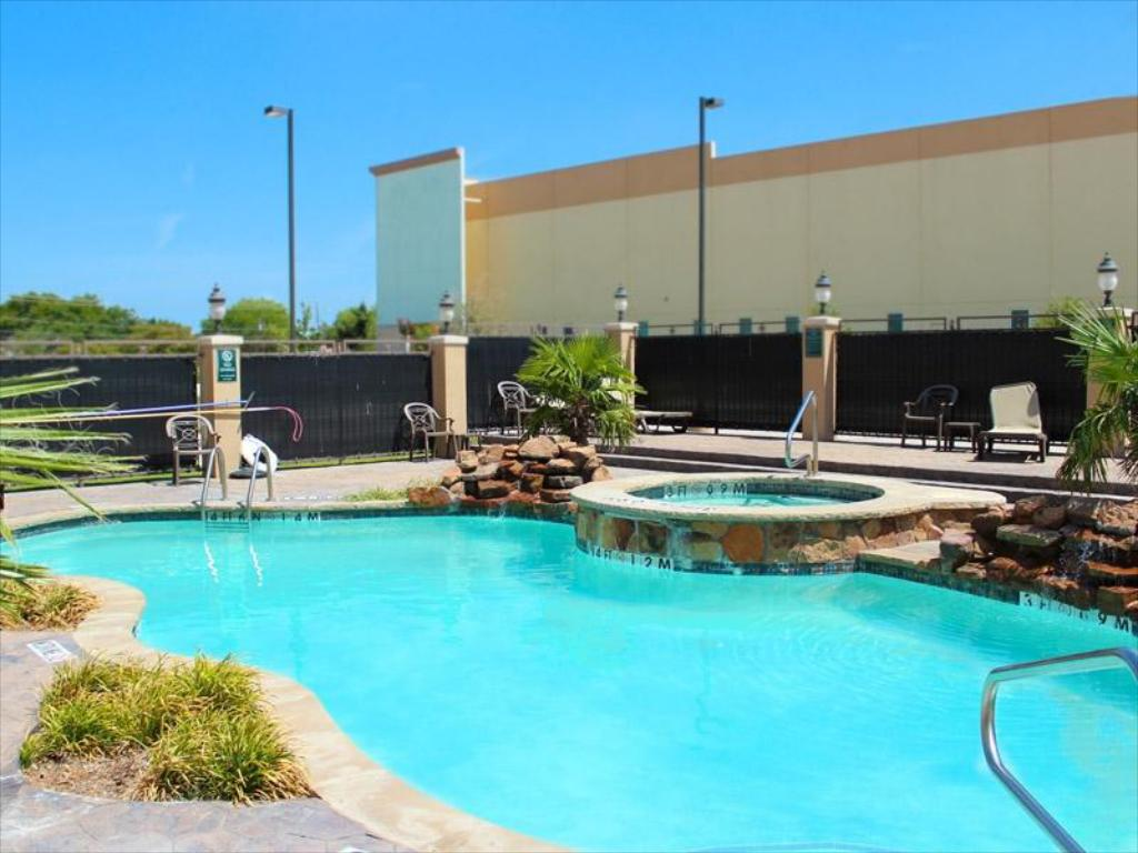 Kolam renang luar ruangan La Quinta Inn & Suites Dallas Grand Prairie South
