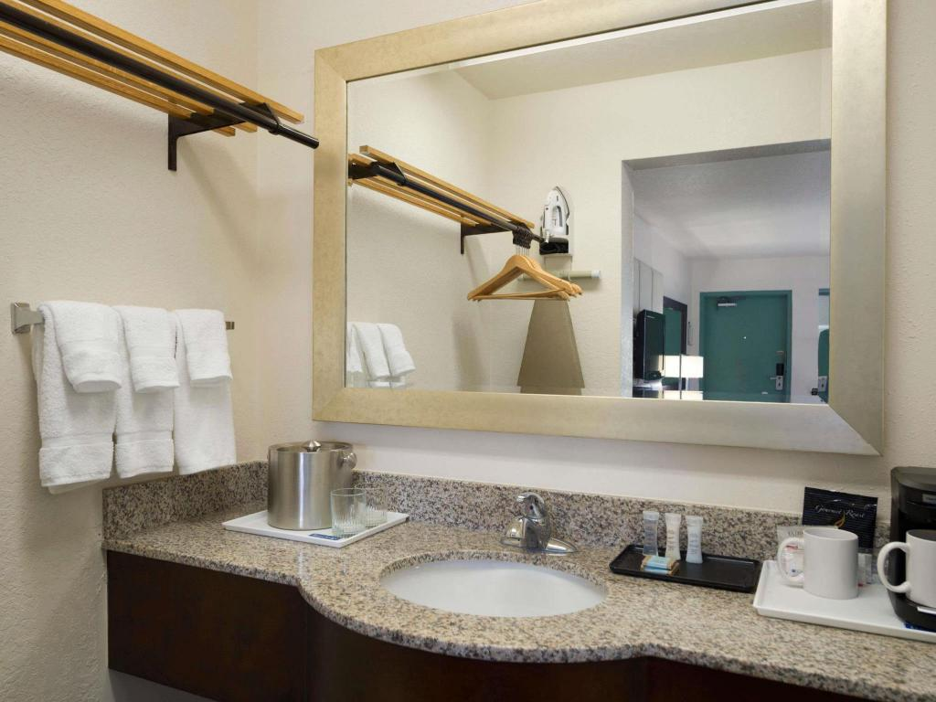 Bathroom Travelodge by Wyndham Florida City/Homestead/Everglades