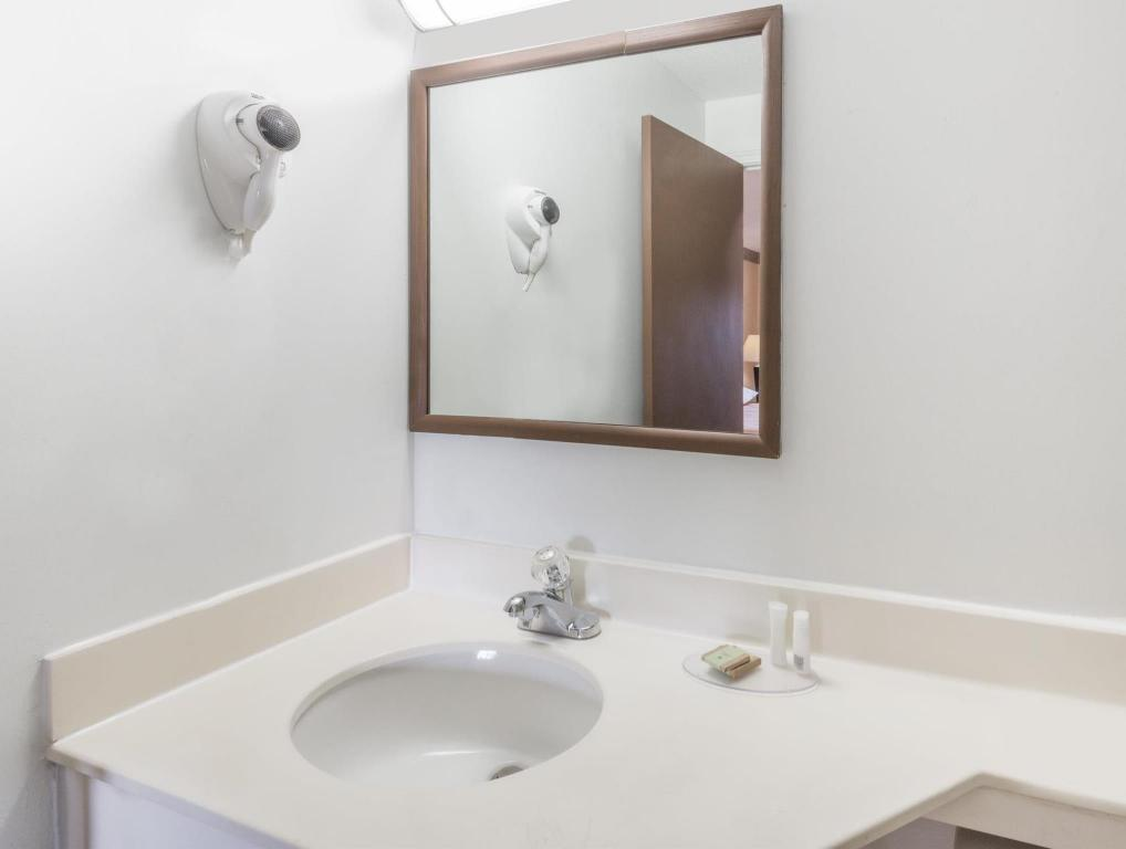 Baño Super 8 By Wyndham Old Saybrook