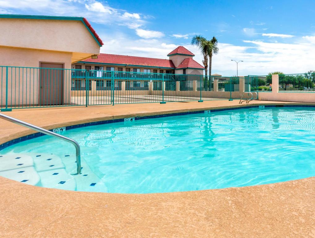 Piscina exterior Travelodge Suites by Wyndham Phoenix Mesa