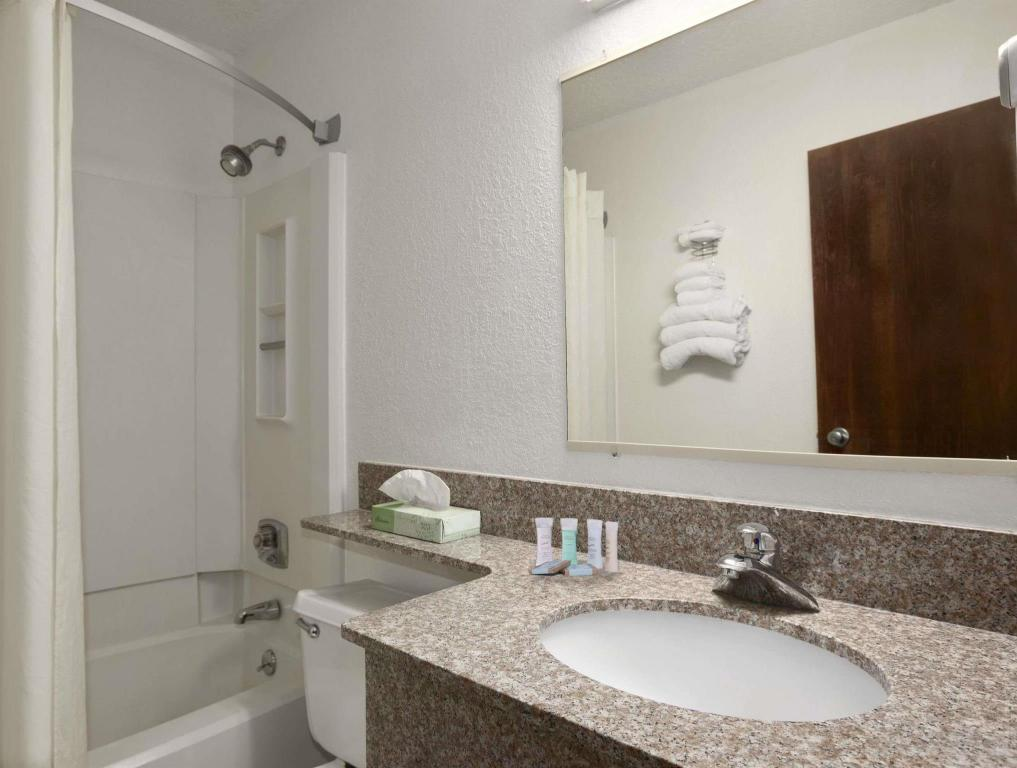 Baño Travelodge by Wyndham Muskegon