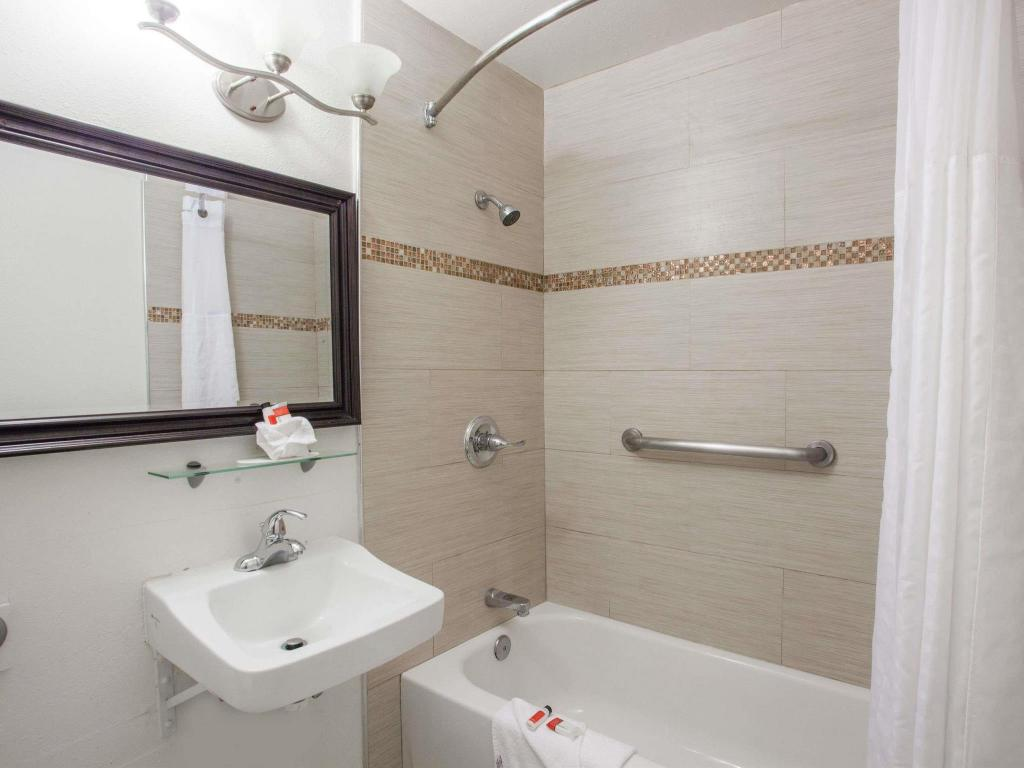 Baño Days Inn by Wyndham Orange Anaheim