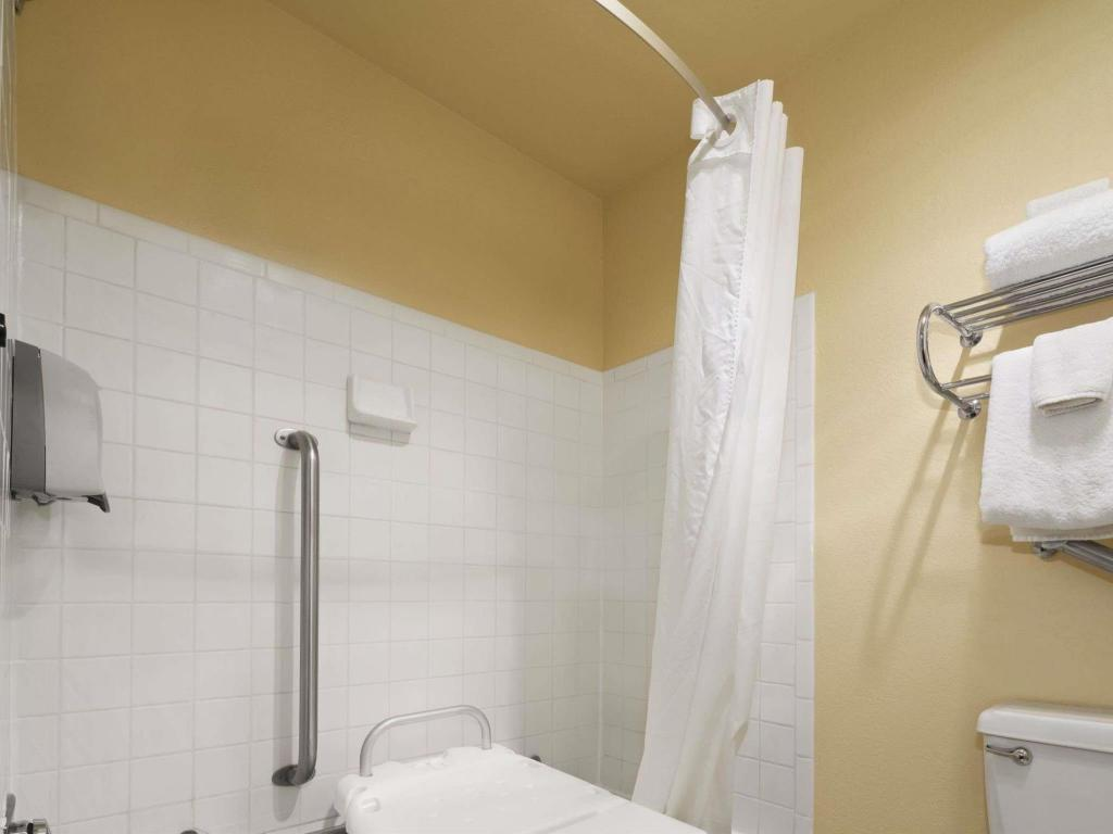 Bathroom Days Inn & Suites by Wyndham Stevens Point