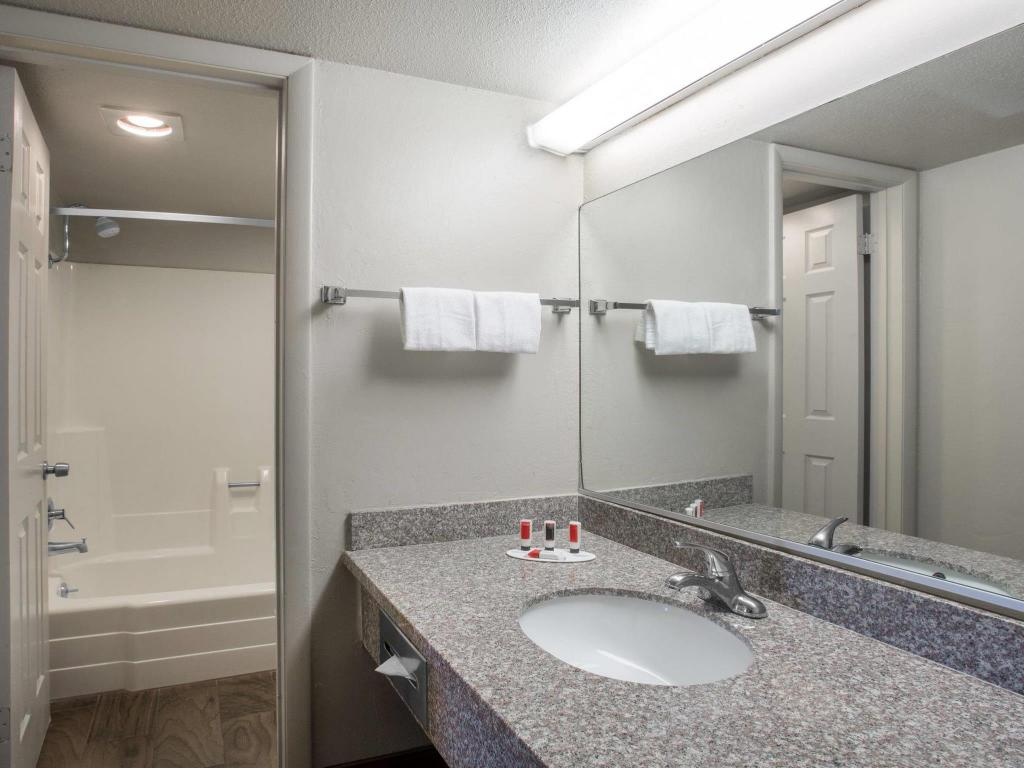 Baño Days Inn by Wyndham Provo