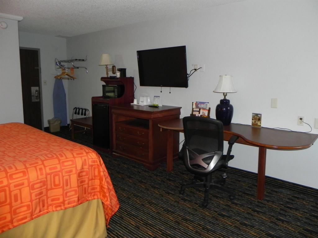 1 King Bed Business Room Non-Smoking - Kamar Tidur Howard Johnson by Wyndham Lexington