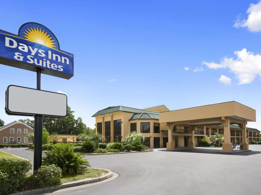 Days Inn & Suites by Wyndham Savannah Midtown