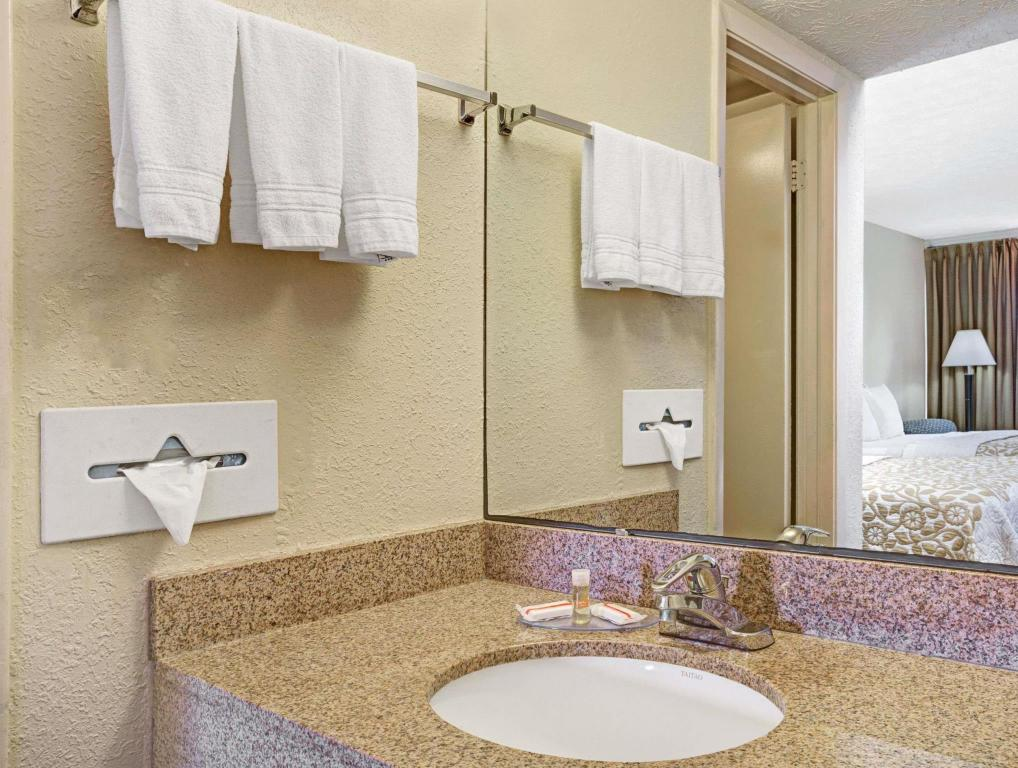 Baño Days Inn by Wyndham St. Augustine West