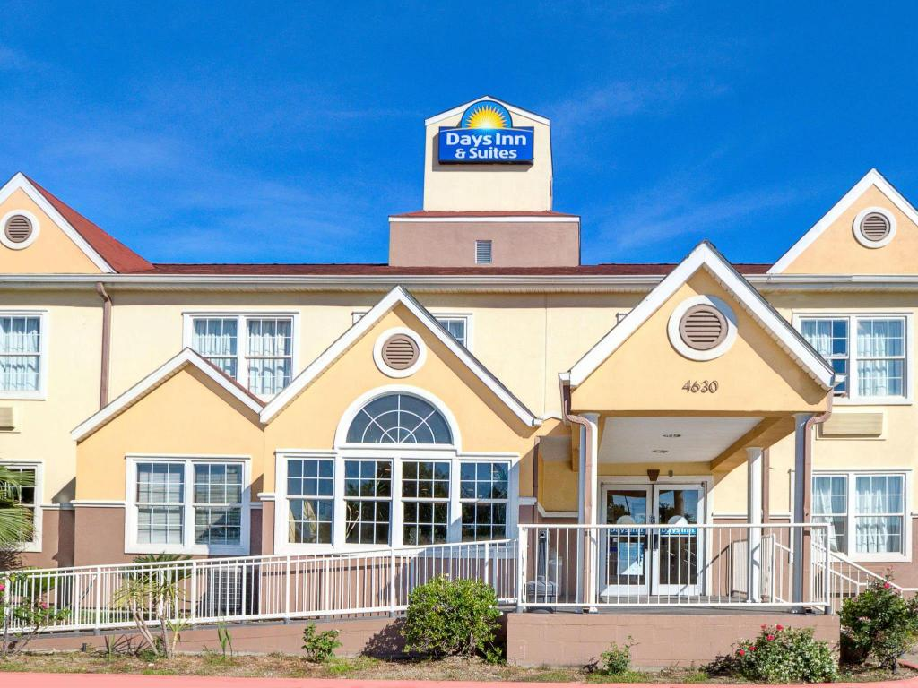 Days Inn & Suites by Wyndham Sugarland/Stafford