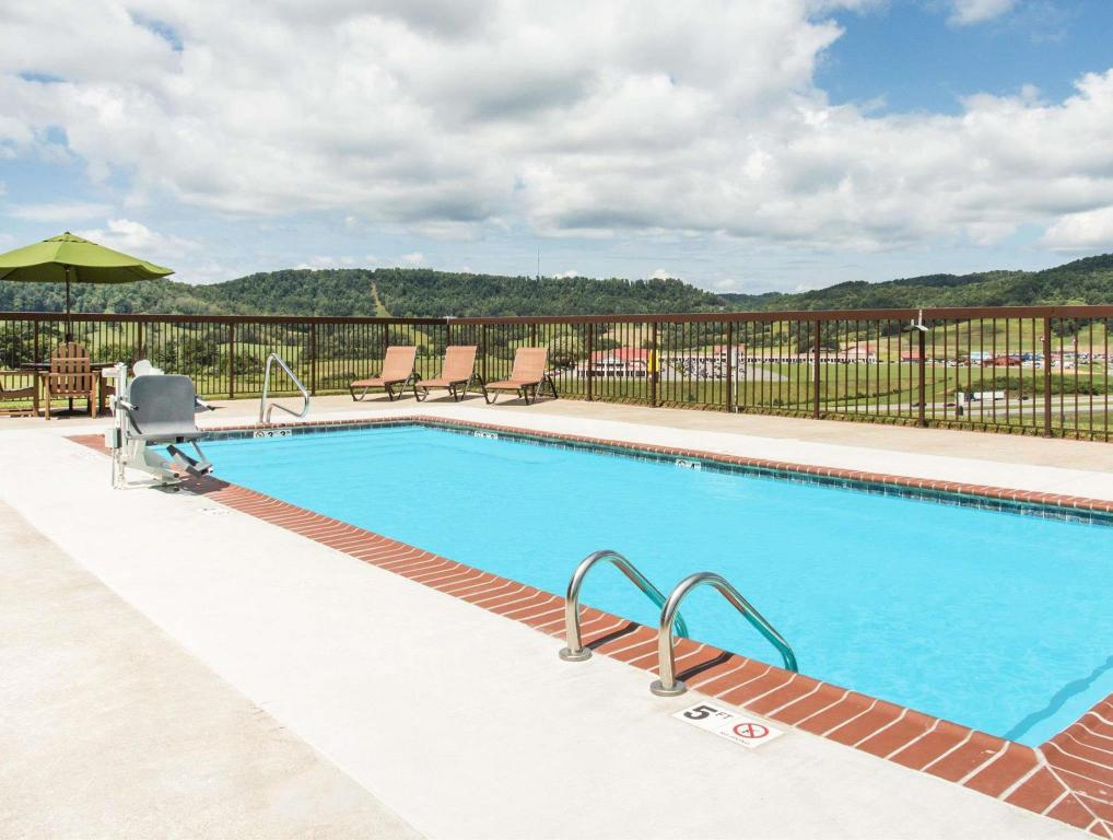 Pool Days Inn & Suites by Wyndham Sutton Flatwoods