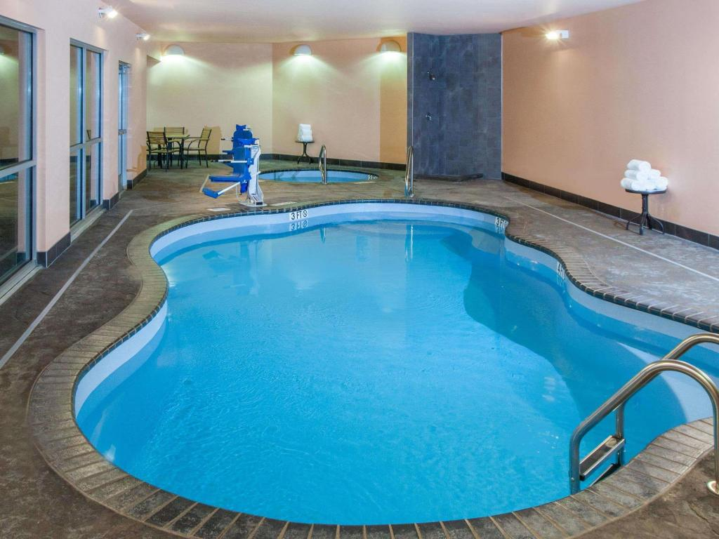 Pool Baymont by Wyndham Grand Forks