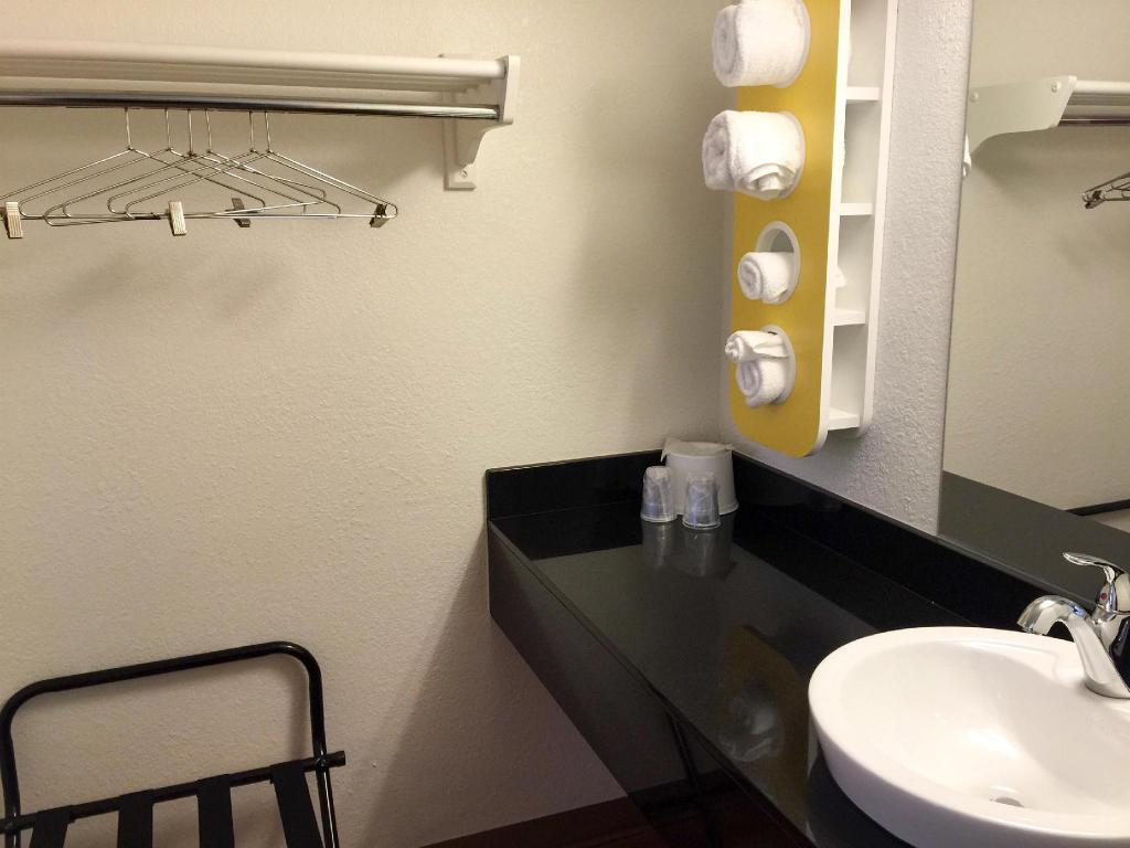 Bathroom Motel 6 Minneapolis North - Roseville
