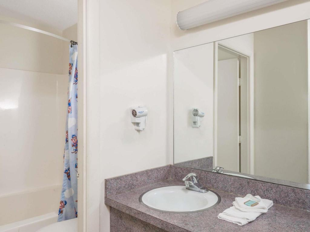 Baño Travelodge by Wyndham Cape Cod Area
