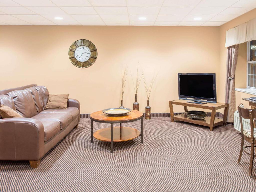 Lobby Microtel Inn & Suites by Wyndham Quincy