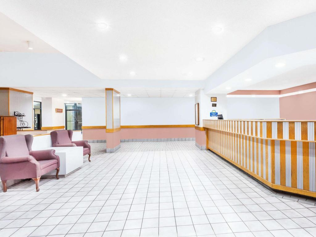 Lobby Days Inn & Suites by Wyndham SE Columbia Ft Jackson