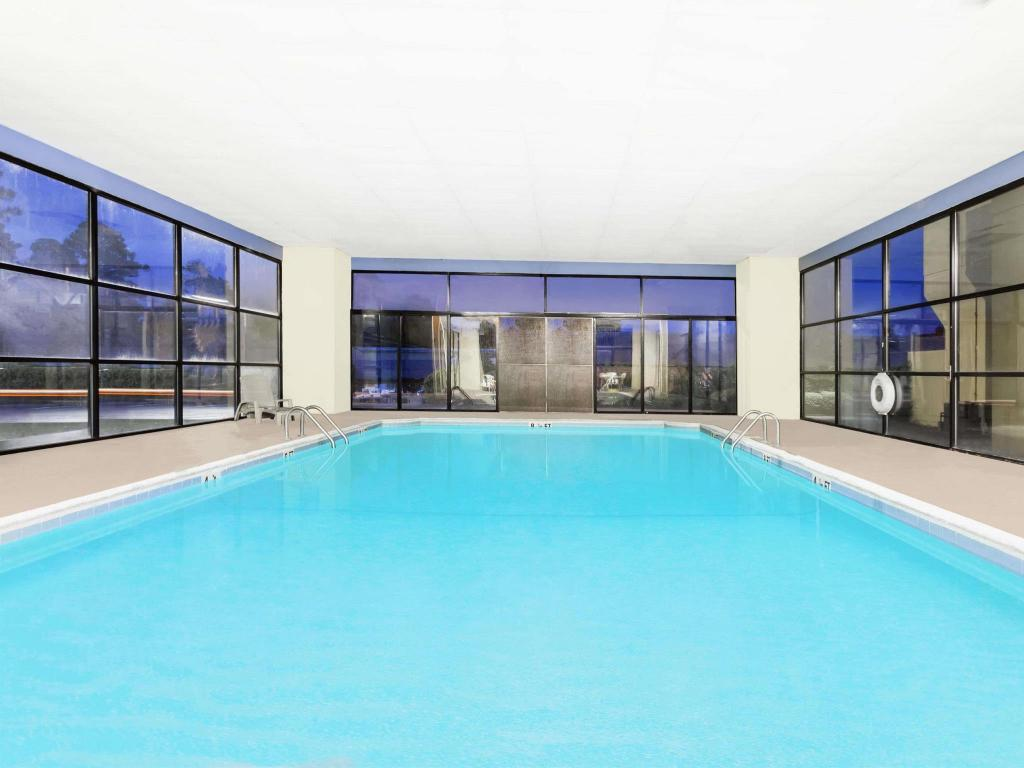 Piscina Days Inn & Suites by Wyndham SE Columbia Ft Jackson