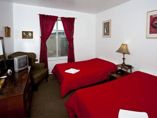 Doppelzimmer mit 2 Doppelbetten und Badewanne (Double Room with Two Double Beds and Bathtub)