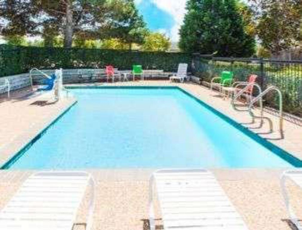 Swimming pool [outdoor] Days Inn by Wyndham Arlington