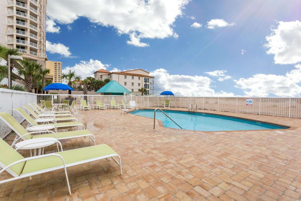 Kolam renang luar ruangan Days Inn by Wyndham Pensacola Beachfront