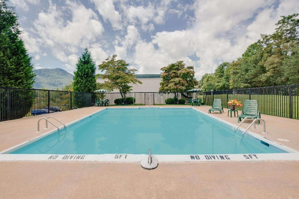 piscina al aire libre Days Inn by Wyndham Asheville West