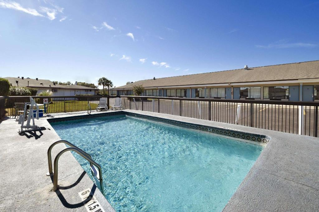 utomhuspool Travelodge by Wyndham Hinesville