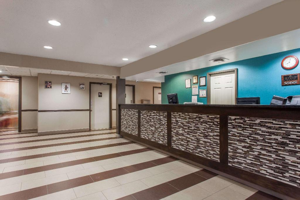 Lobby Days Inn by Wyndham Martinsburg