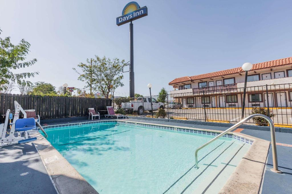 Piscina exterior Days Inn by Wyndham Castaic Six Flags Magic Mountain