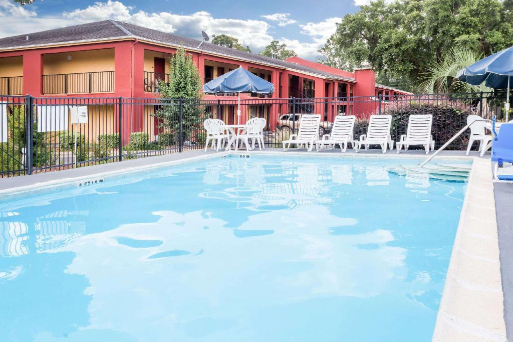 Piscina al aire libre Days Inn by Wyndham Pensacola West
