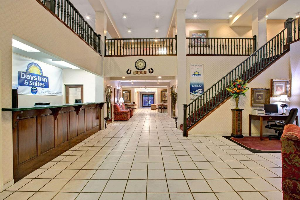 Lobby Days Inn & Suites by Wyndham Hickory