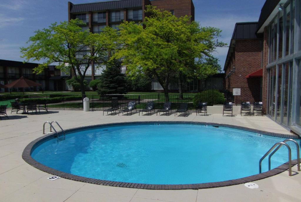 Piscina exterior Ramada Plaza & Conf Center by Wyndham Fort Wayne
