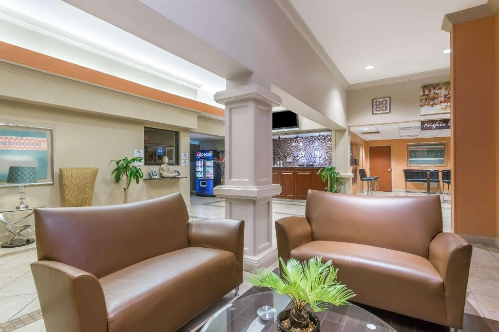 Lobby Days Inn & Suites by Wyndham Lakeland