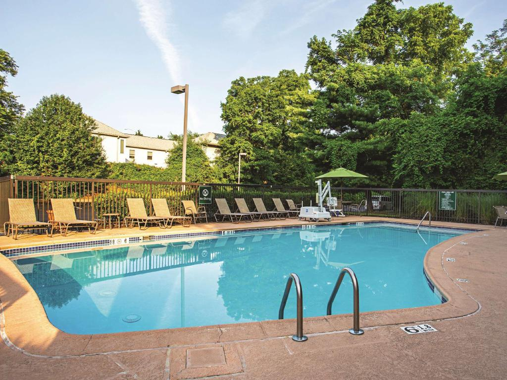 utomhuspool La Quinta Inn & Suites Baltimore North/White Marsh