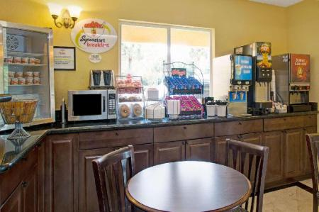 Coffee shop Super 8 By Wyndham Dania/Fort Lauderdale Arpt