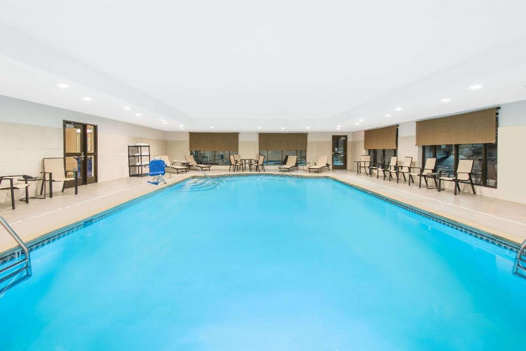 Pool Wingate by Wyndham Niagara Falls