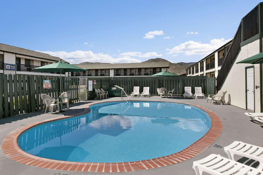 Piscina al aire libre Travelodge by Wyndham Wenatchee