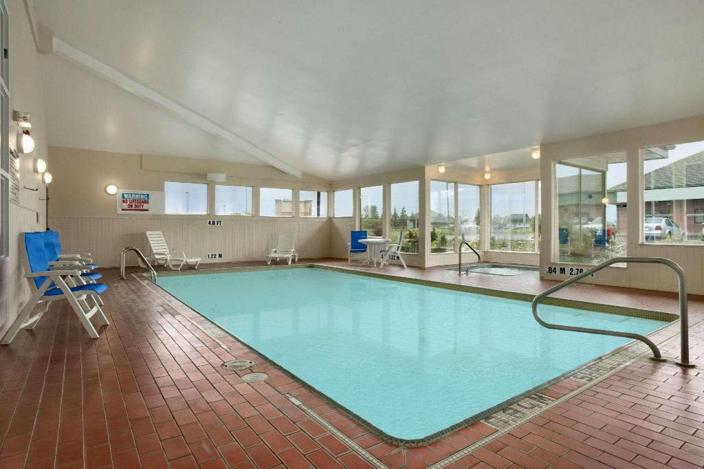 utomhuspool Travelodge by Wyndham Airport North Bay