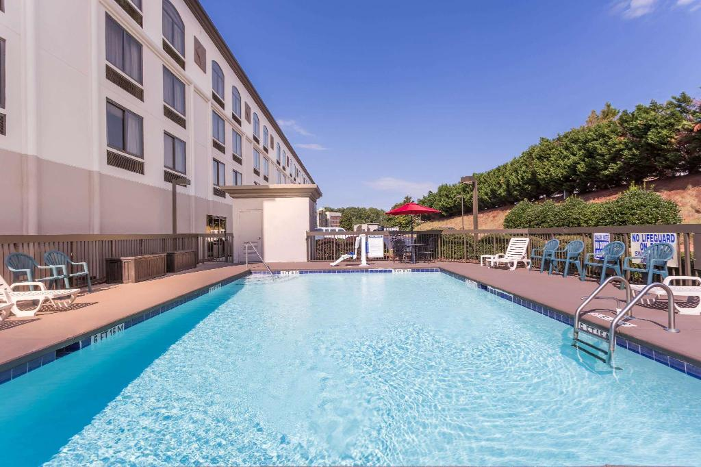 Piscina exterior Wingate by Wyndham Greenville Airport