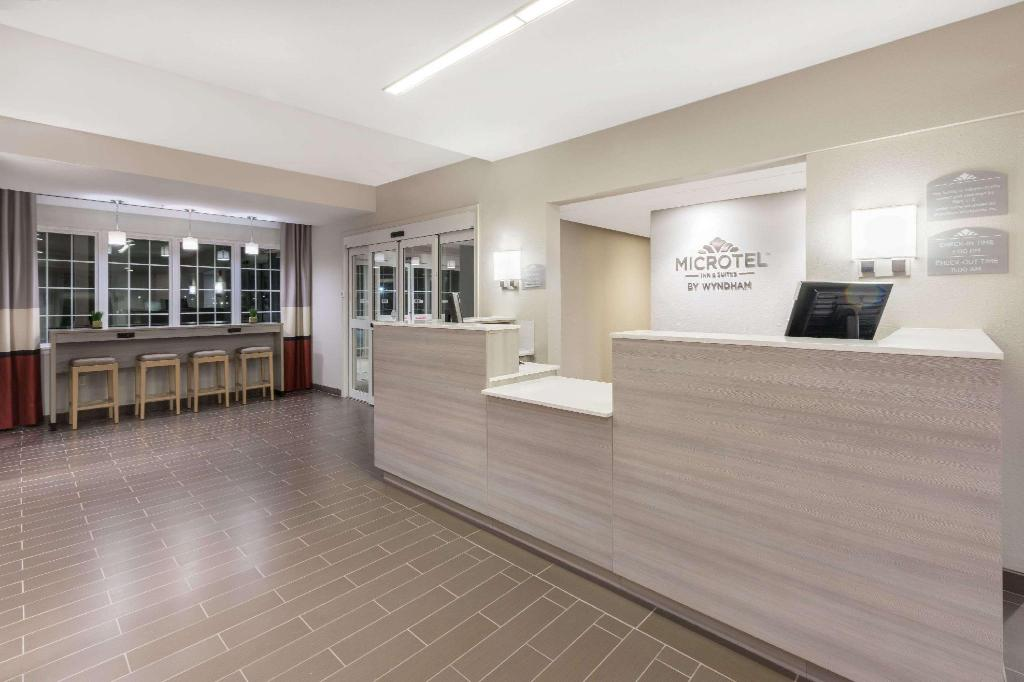 Lobby Microtel Inn & Suites by Wyndham Perry