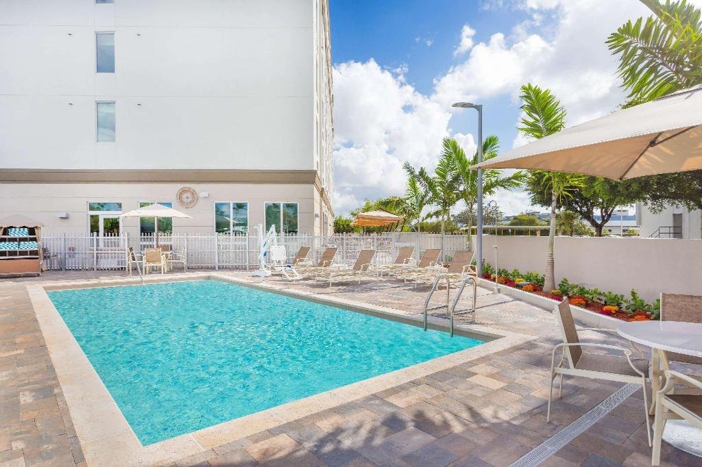 utomhuspool Wingate by Wyndham Miami Airport
