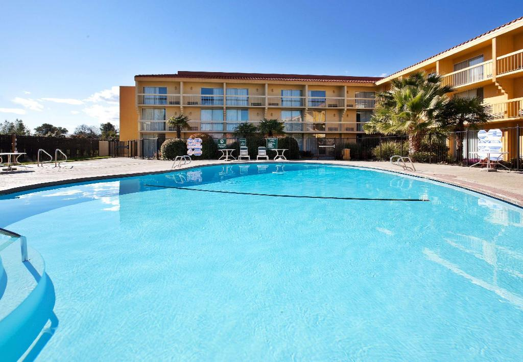 utomhuspool La Quinta Inn & Suites Redding