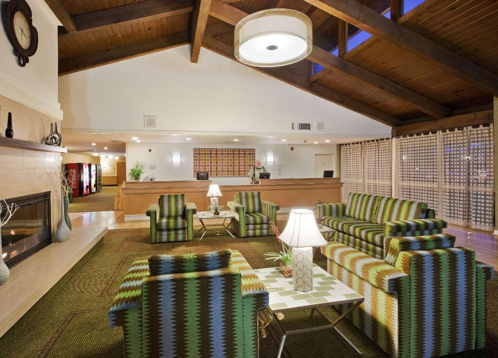 Lobby La Quinta Inn & Suites Redding