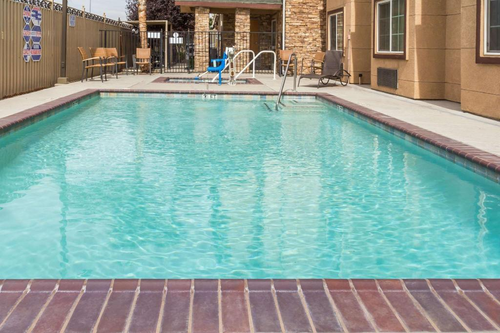 Piscina exterior Microtel Inn & Suites by Wyndham Tracy