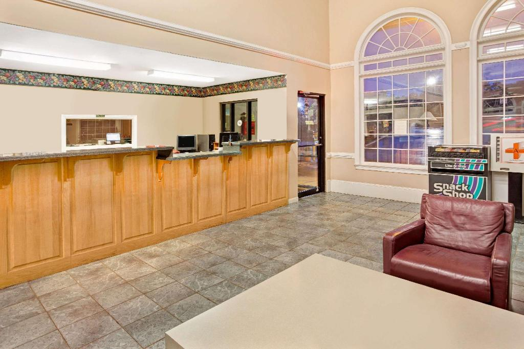 Lobby Super 8 By Wyndham Marietta/West/Atl Area