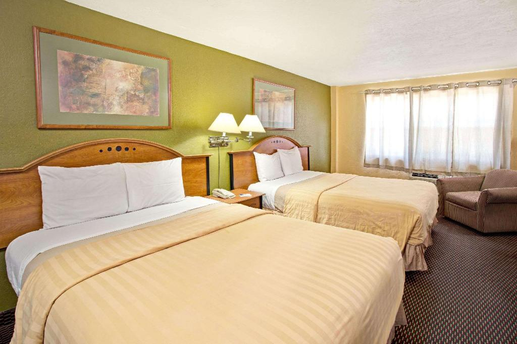2 Queen Beds Non-Smoking - Guestroom Travelodge by Wyndham Fort Lauderdale